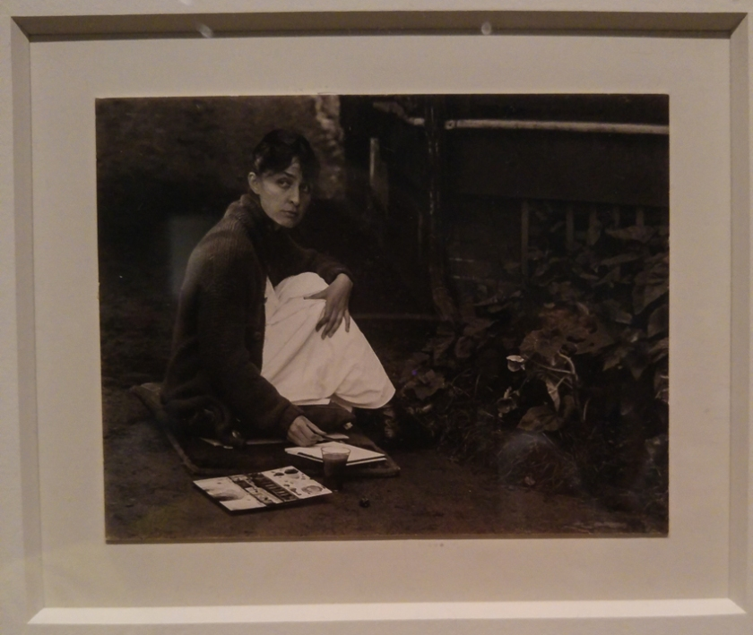 Alfred Stieglitz (1864-1946), Georgia O'Keeffe with watercolor paint box. 1918, Photograph, gelatine silver print on paper.